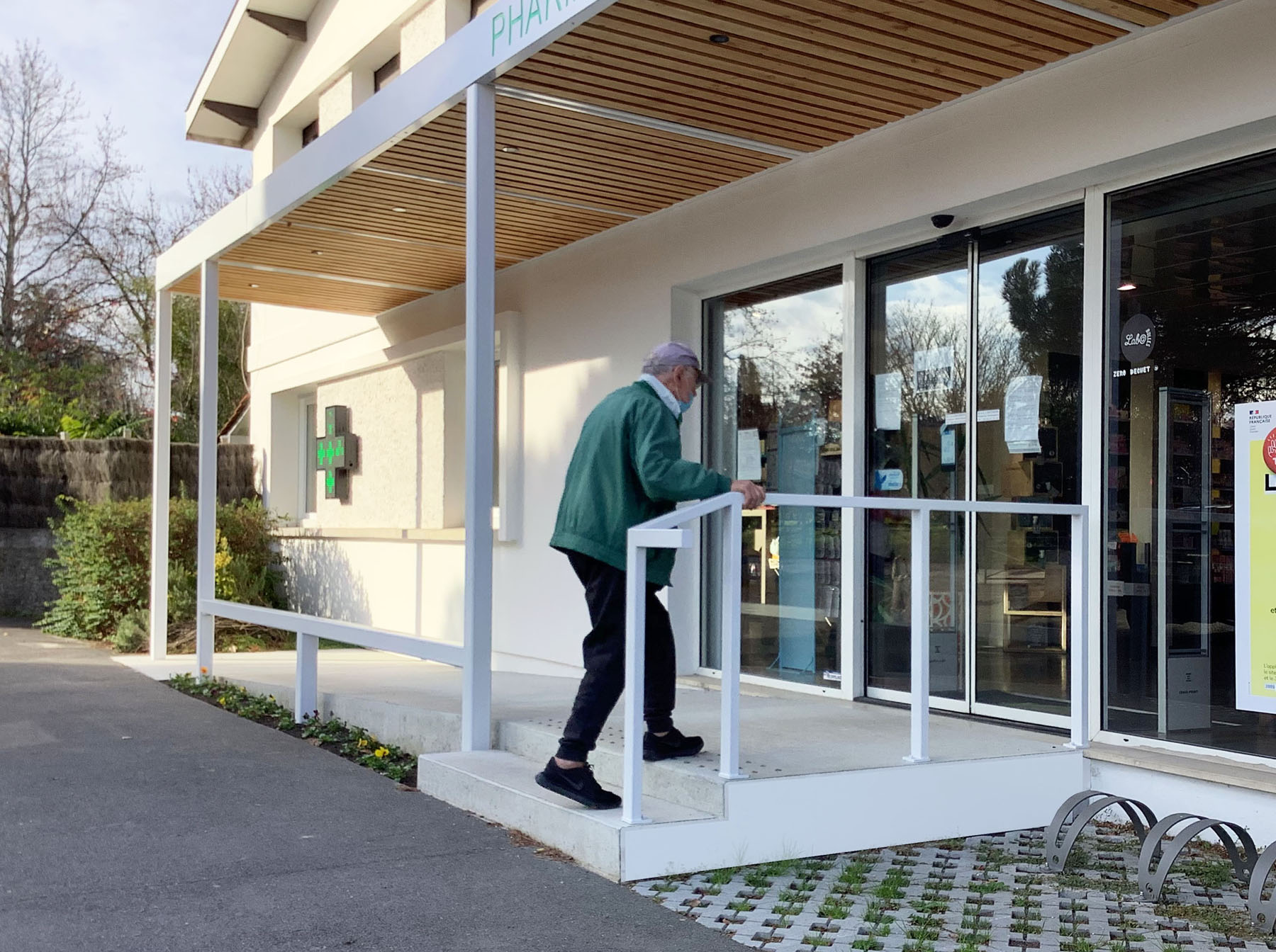 auvent pharmacie sebastien gueniot felaa architectes